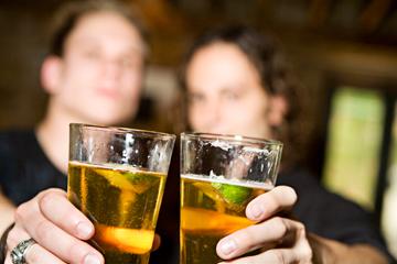 2-friends-drinking-beer