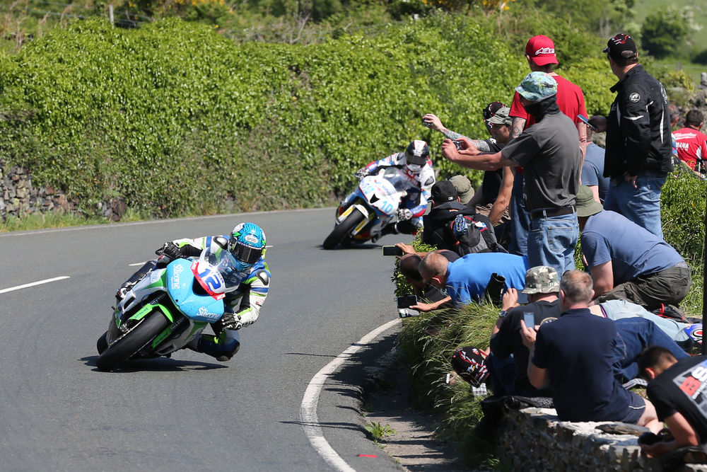 DAVE KNEEN/PACEMAKER PRESS, BELFAST: 06/06/2016: Dean Harrison (Kawasaki - Silicone Engineering) and Conor Cummins (Honda - Valvoline Racing by Padgetts Motorcycles) approaching the Gooseneck during the Monster Energy Supersport TT race.